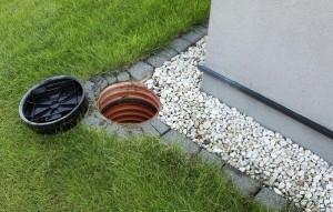 Смотровой резервуар дождеприемной системы около дома