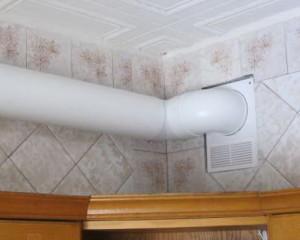 Вытяжной канал пластиковой трубы на кухне