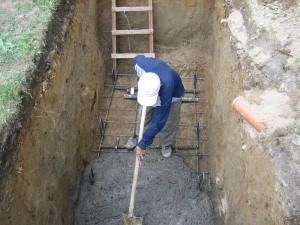Копаем яму и монтируем арматуру