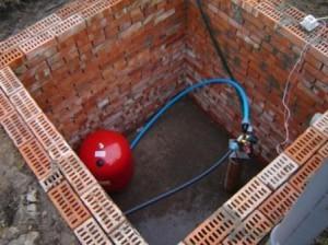 кирпичный резервуар для скважины