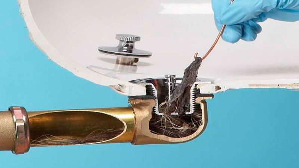 Убрать засор трубы в домашних условиях