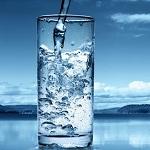 Вода чистая в стакане