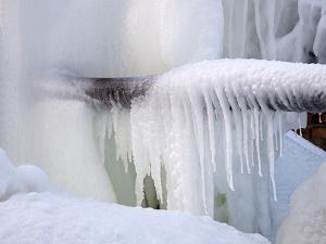 Покрылся льдом трубопровод на улице
