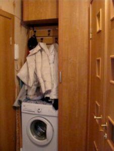 стиральная машина в прихожей