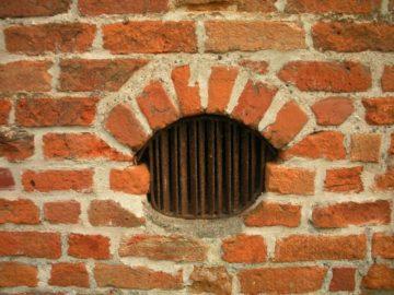 продухи в старинном подвале