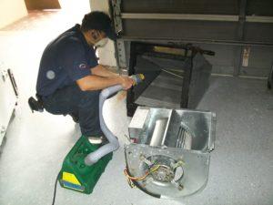 процесс очистки пылесосом